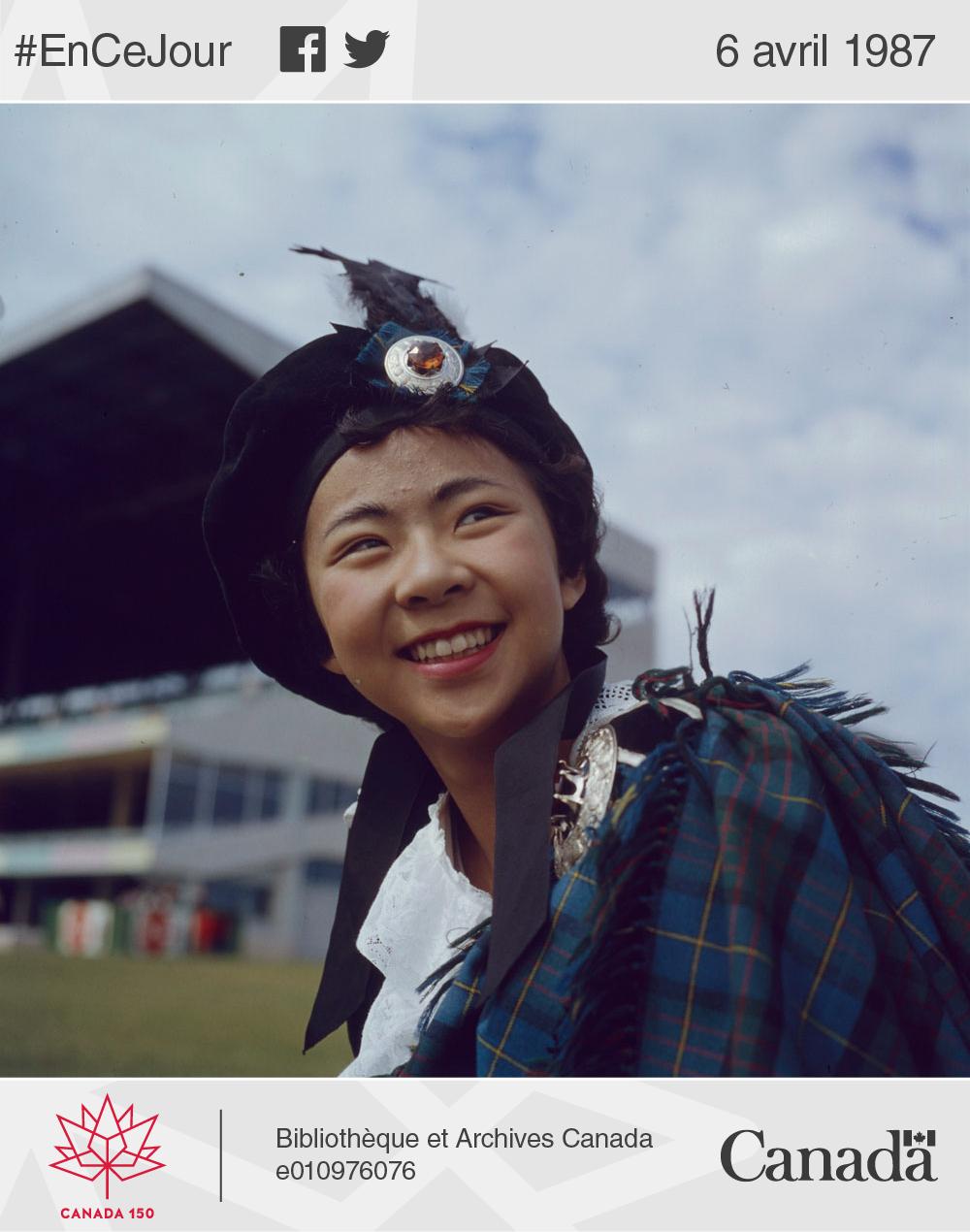 Photo d'une jeune fille portant un béret à plumes et un tartan lors des jeux écossais tenus durant une fête du Canada où l'on soulignait les diverses cultures et l'unité du pays. Winnipeg, Manitoba, juillet 1967.