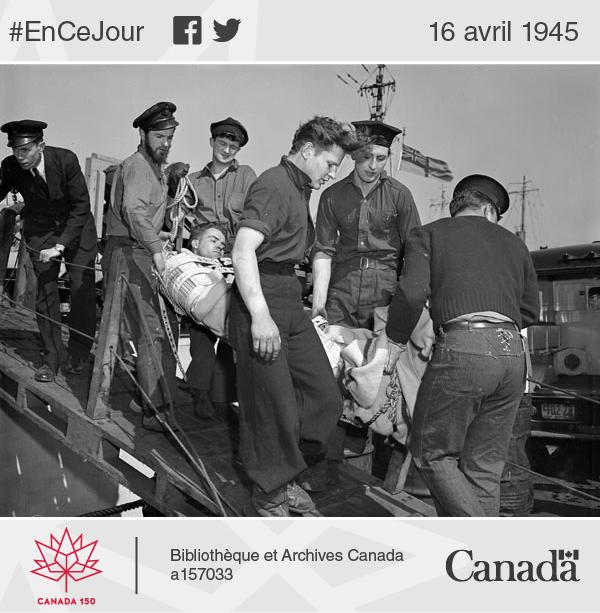 Des rescapés du dragueur de mines NCSM Esquimalt, torpillé le 16 avril 1945 par le sous-marin allemand U-190, débarquent du dragueur NCSM Sarnia ayant effectué le sauvetage, à Halifax en Nouvelle-Écosse.