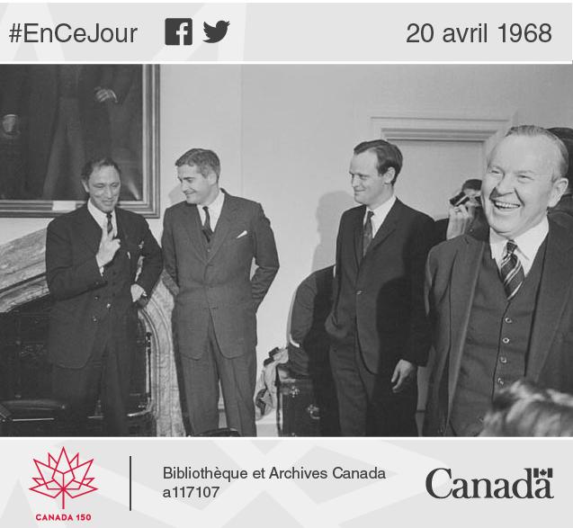 Le premier ministre Lester B. Pearson (à droite) en compagnie de trois futurs premiers ministres canadiens : Pierre Elliott Trudeau, John Turner et Jean Chrétien, après un remaniement ministériel, en 1967.