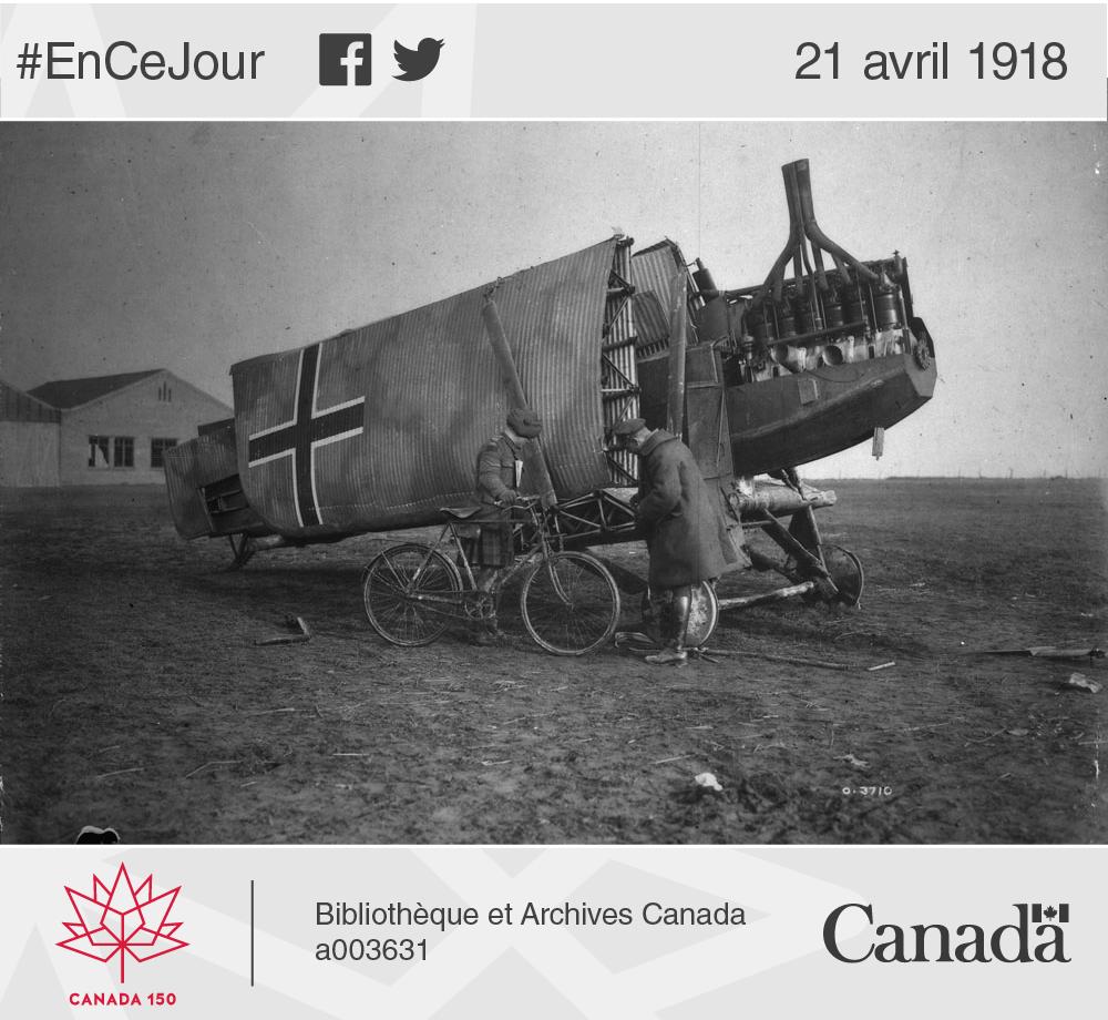 Photo de deux Canadiens qui s'intéressent à un avion allemand en fer, dont les ailes sont aussi faites en métal. Novembre 1918.