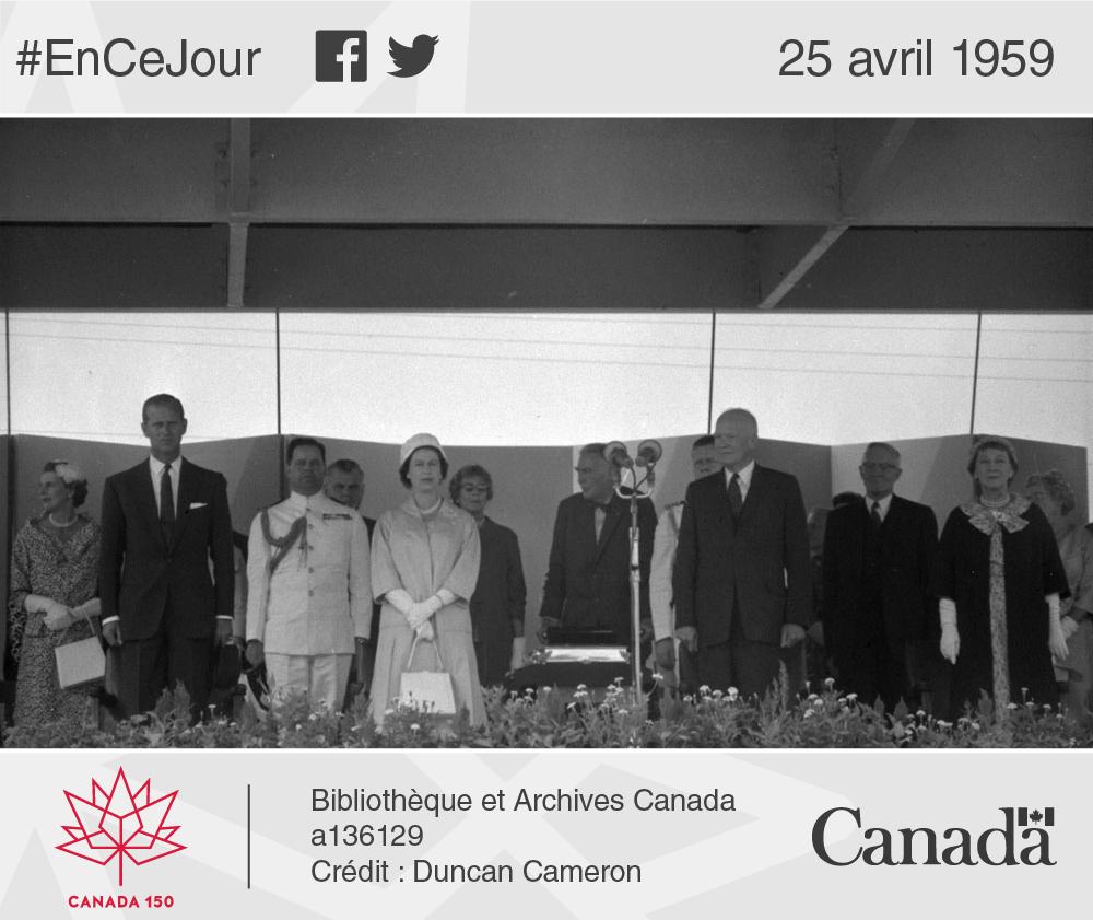 Photo du groupe officiel ayant présidé la cérémonie d'ouverture de la Voie maritime du Saint-Laurent (de gauche à droite) : Son altesse royale le prince Philip, Sa Majesté la reine Elizabeth II, le président américain Dwight D. Eisenhower et son épouse.