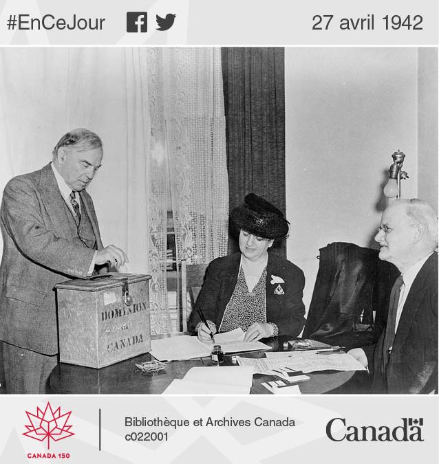 Photo du premier ministre William Lyon Mackenzie King votant lors du plebiscite sur la conscription pour le service militaire outre-mer.