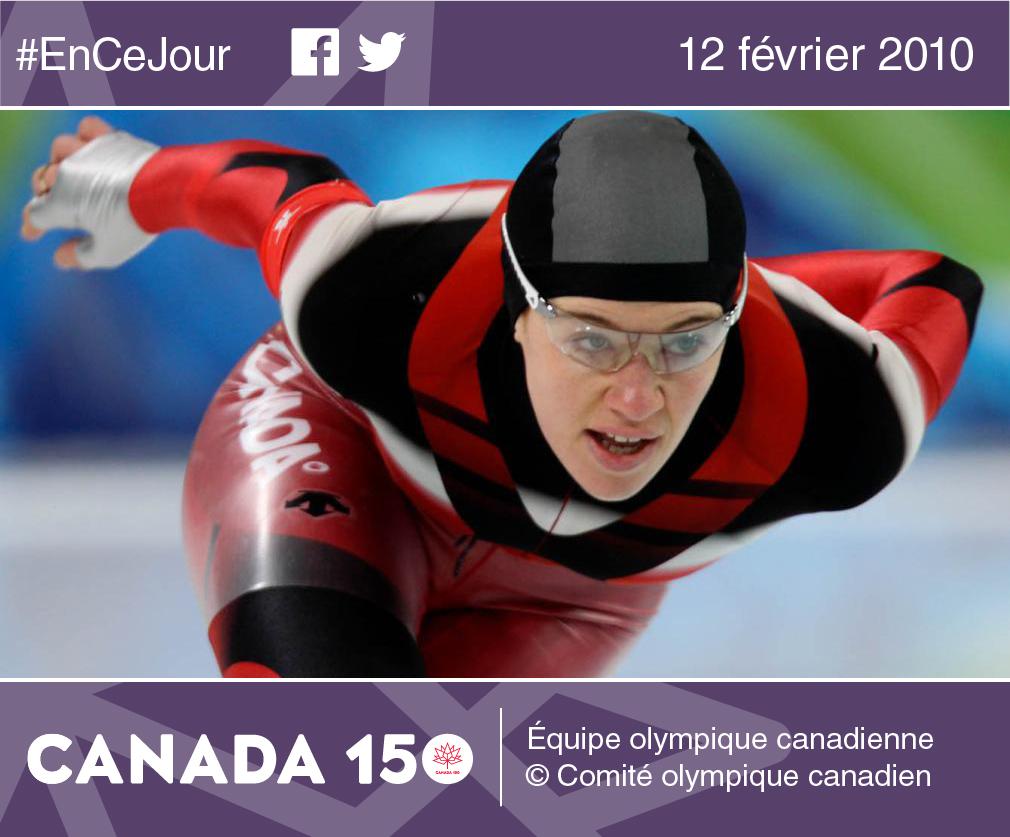 Photo de la patineuse de vitesse Clara Hughes, porte-drapeau de l'équipe canadienne et médaillée de bronze au 5 000 m aux Jeux d'hiver de 2010 à Vancouver.