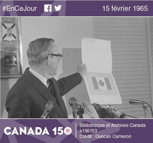 Le premier ministre canadien, Lester B. Pearson, dévoile le nouveau drapeau lors d'une conférence de presse tenue à Ottawa, en décembre 1964.