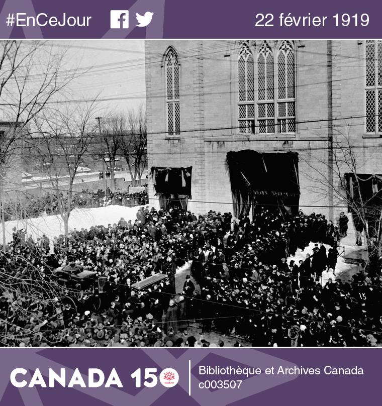 Photo de la dépouille de l'ex-premier ministre du Canada, sir Wilfrid Laurier, quittant la basilique Notre-Dame d'Ottawa, le 22 février 1919.
