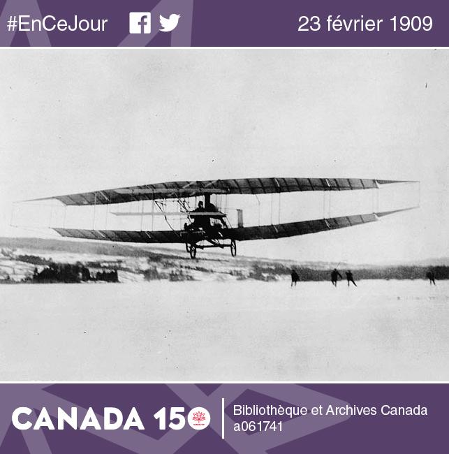 J. A. D. McCurdy aux commandes de son célèbre avion, le Silver Dart (Fléchette d'argent). Construit à partir de tubes d'acier, de bambou, de ruban isolant, de câbles et de bois, l'avion était couvert de soie caoutchoutée et n'avait pas de dispositif de freinage!