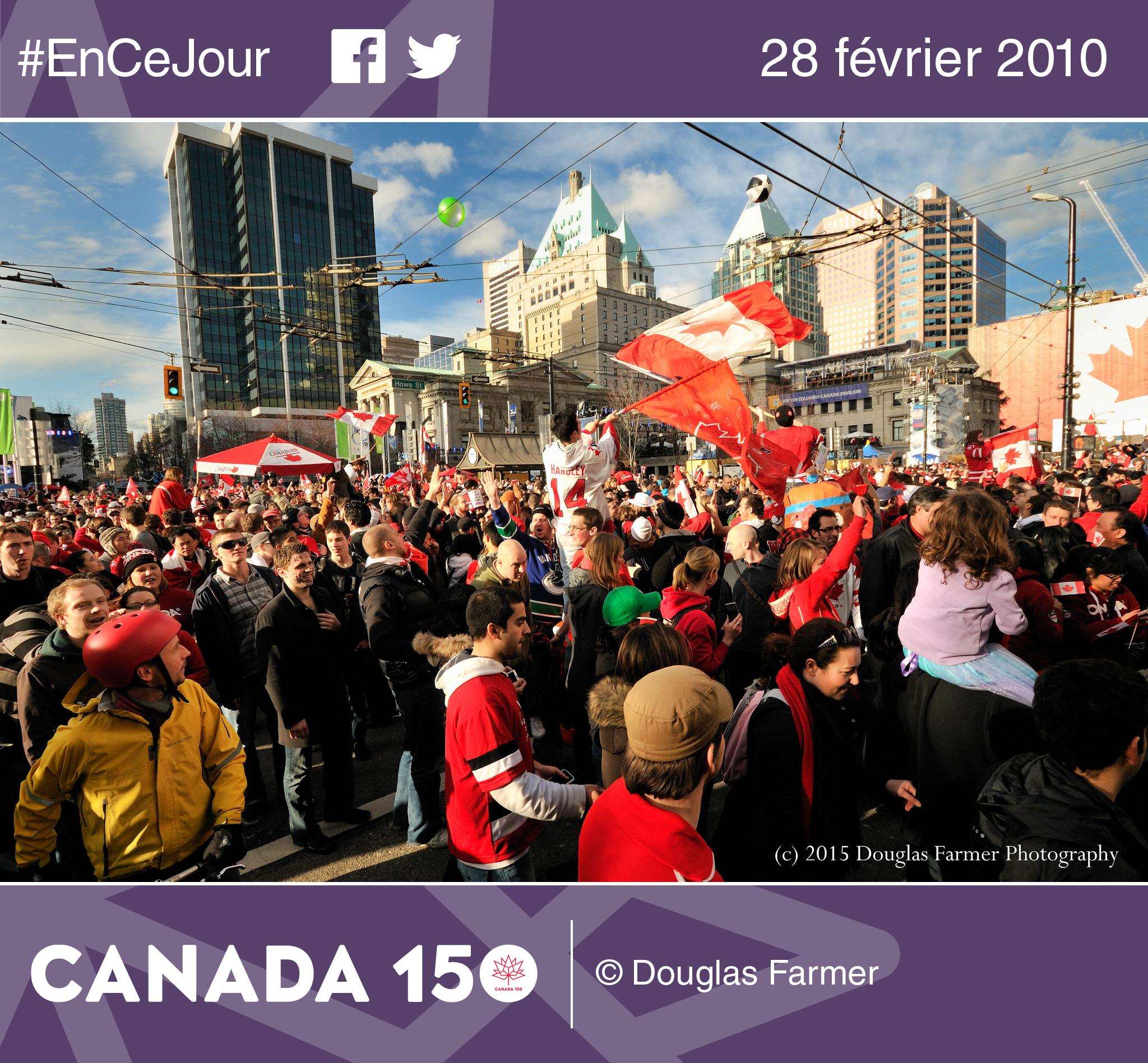 Photo de centaines de milliers de Vancouvérois célébrant la médaille d'or remportée par le Canada contre les États-Unis au hockey, en 2010.
