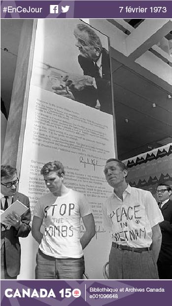 Deux militants contre la guerre du Vietnam dans le pavillon des États-Unis à Expo 67, Montréal, le 28 avril 1967.