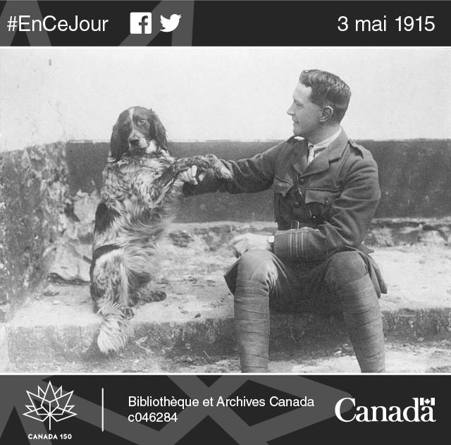 Le lieutenant-colonel John McCrae et son chien Bonneau, en 1914.
