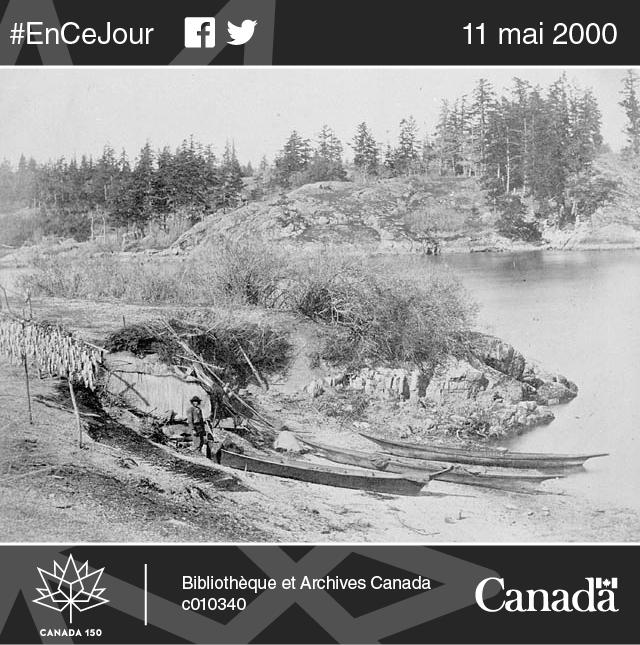 Camp de pêche — canots traditionnels et séchage du saumon au soleil.