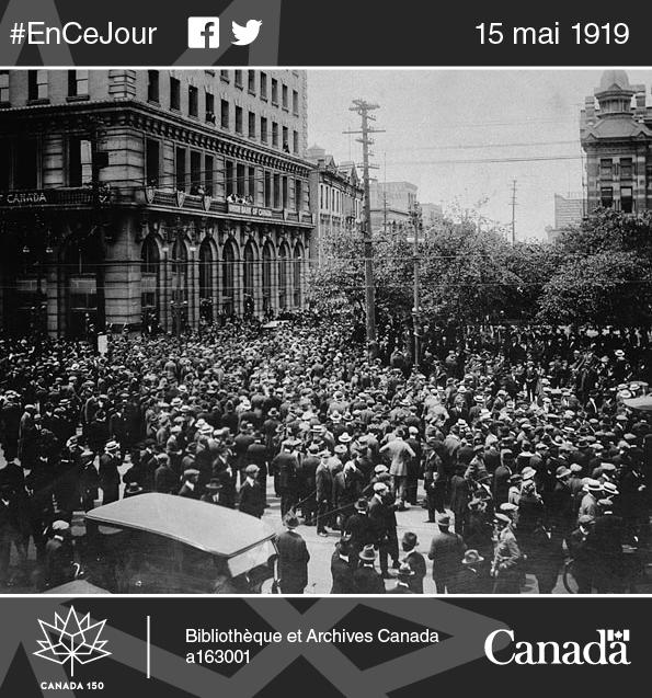 Foule rassemblée à l'extérieur de l'édifice de la Union Bank of Canada, sur la rue Main, lors de la grève générale de Winnipeg.