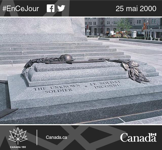 Tombe du Soldat inconnu devant le Monument commémoratif de guerre du Canada, à Ottawa, qui représente les quelque 116 000 Canadiennes et Canadiens ayant donné leur vie pour leur pays, dont environ 28 000 soldats n'ayant aucune sépulture connue.