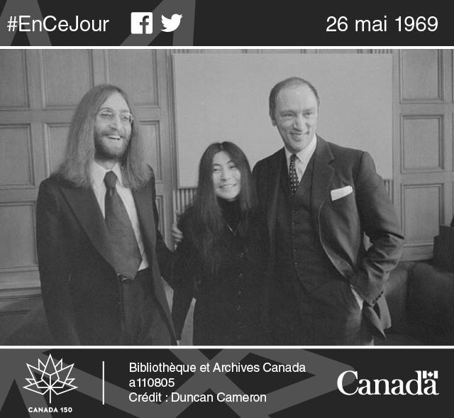 Le chanteur John Lennon et Yoko Ono en compagnie du premier ministre Pierre Elliott Trudeau, Ottawa, 22 décembre 1969.