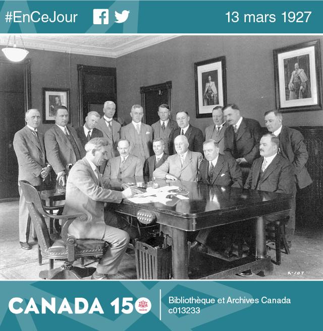 Les premiers ministres signent l'entente fédérale-provinciale sur la pension de vieillesse, à Ottawa, le 18 mai 1928.