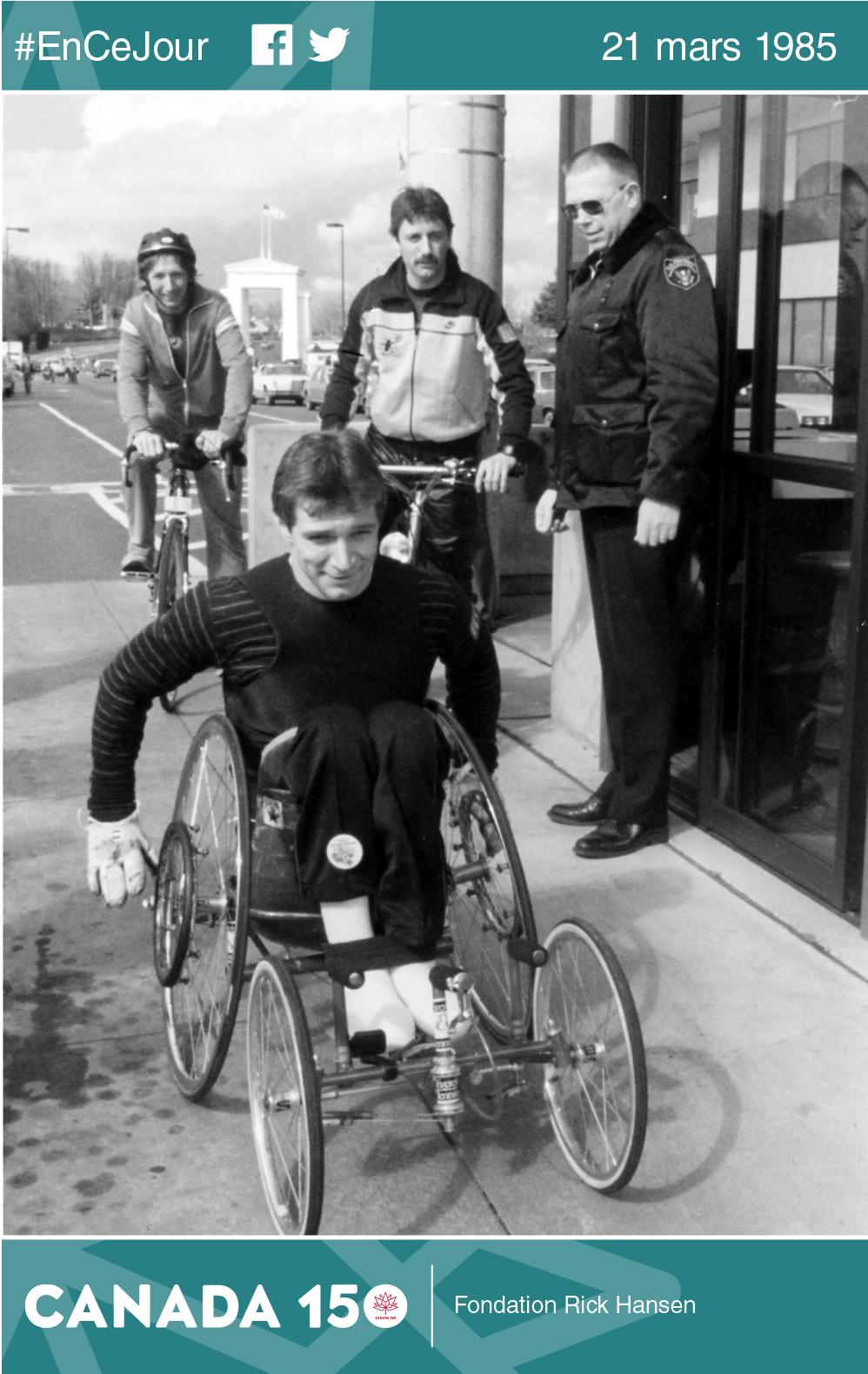 Rick Hansen au passage frontalier Canada–États-Unis de Peace Arch, le 21 mars 1985, alors qu'il s'apprête à passer la frontière.