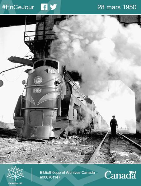 Un ouvrier s'assure que les wagons roulent en douceur, au moment où les trains quittent la gare de triage.