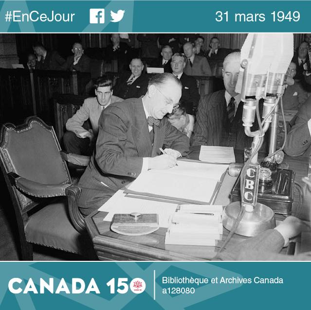 Joseph Smallwood, premier ministre de la province de 1949 à 1972, signe l'entente qui confirme l'entrée de Terre-Neuve dans la Confédération, 11 décembre 1948.